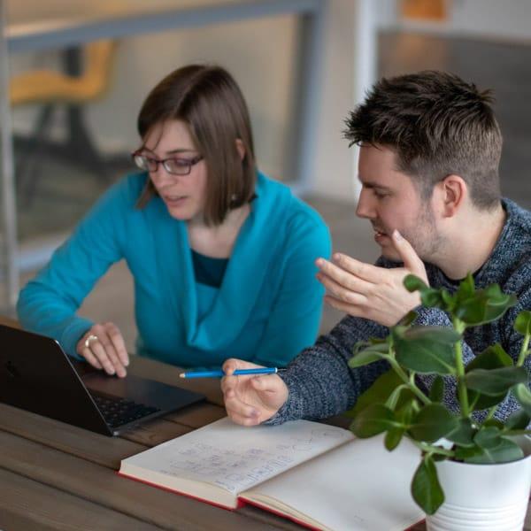 Wie gaat er na strategische plannen als eerste met een website aan de slag? De copywriter, die wil weten hoe het eruit komt te zien? Of de designer, die de inhoud en tekst wil weten? Die twee combineren, is voor veel bedrijven een lastige opgave. Dat zien wij anders!