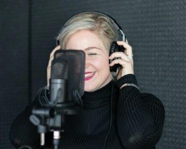 Vrouw spreekt podcast in