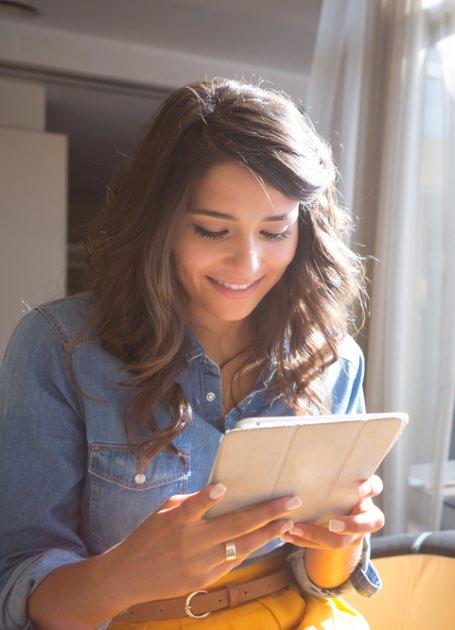 Vrouw leest brochure van Contentleaders op tablet