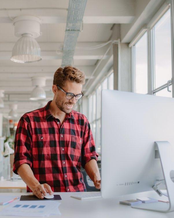 Man werkt met Loket op computer